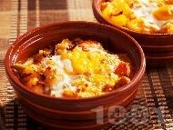 Картофени гювечета с червена чушка, сирене, яйце и лук